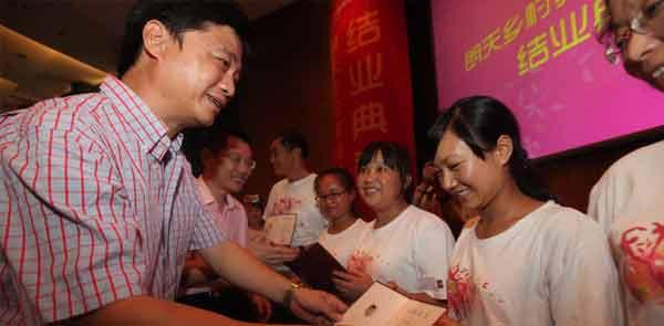 崔永元为乡村教师颁发结业证书