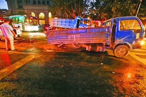 英菲尼迪轿车,南京英菲尼迪轿车车祸,南京车祸4死,英菲尼迪高清图片