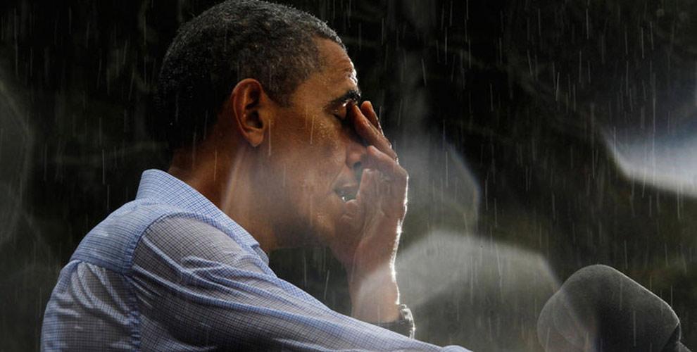 奥巴马竞选演讲遭遇暴雨 无人撑伞