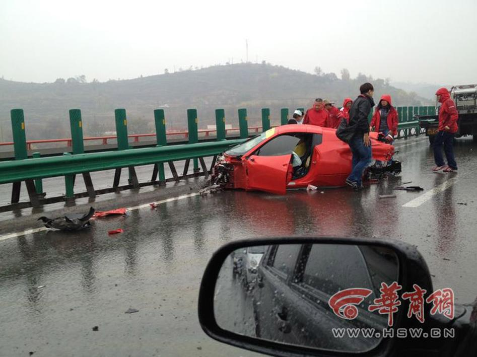 高清组图 法拉利车辆被撞散架变形 地盘全部脱落飞出 包茂高速安塞段车祸