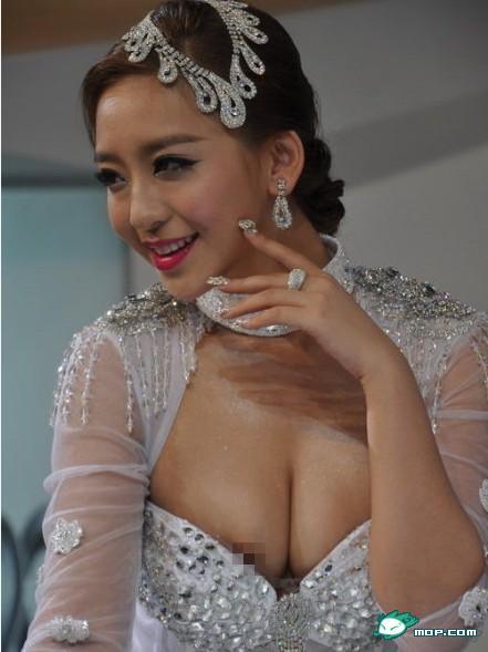 广州车展性感19岁车模太过敬业,露点了居然还在表演
