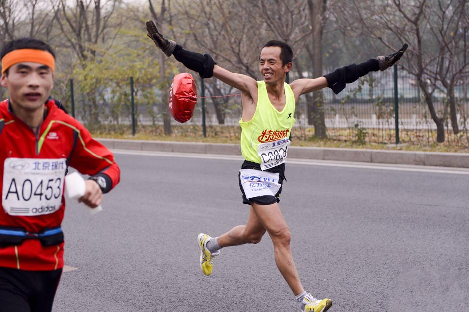 北京马拉松赛兰州姑娘贾超风夺冠 盘点北京马拉松赛奇葩朵朵 猪头人保钓蜘蛛侠闪亮登场