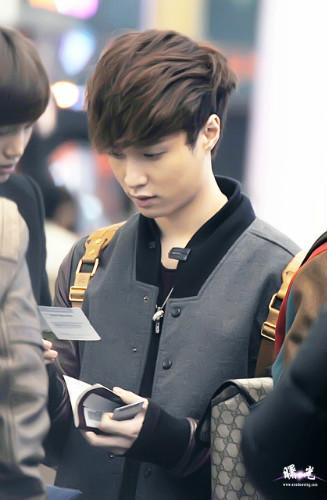 组图 EXO赴香港2012MAMA颁奖礼 候机也卖萌 送机接机高清照动态图