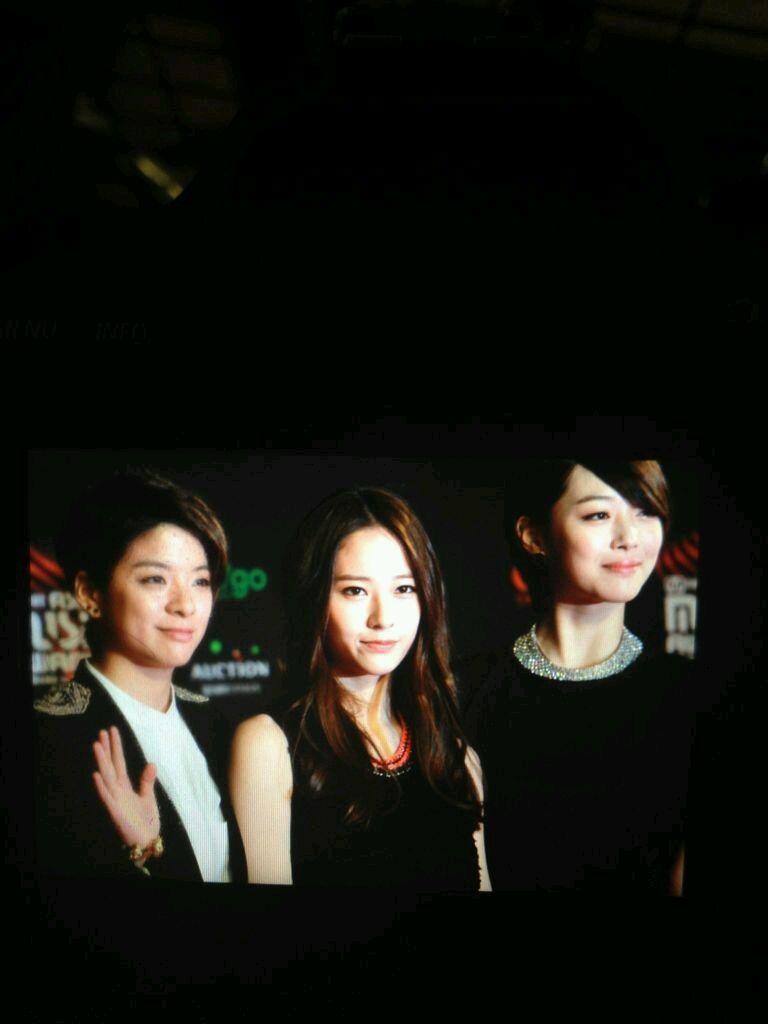 组图 2012MAMA颁奖礼红毯 f x 集体亮相黑衣造型亮相气场十足
