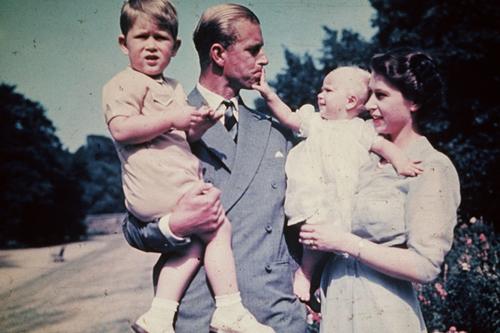 英国王室珍贵照片首度曝光 戴安娜王妃威廉王子全家福催人泪下
