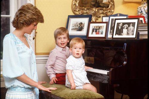 在肯辛顿宫,戴安娜王妃与威廉王子及哈里王子合影.-英国王室珍贵