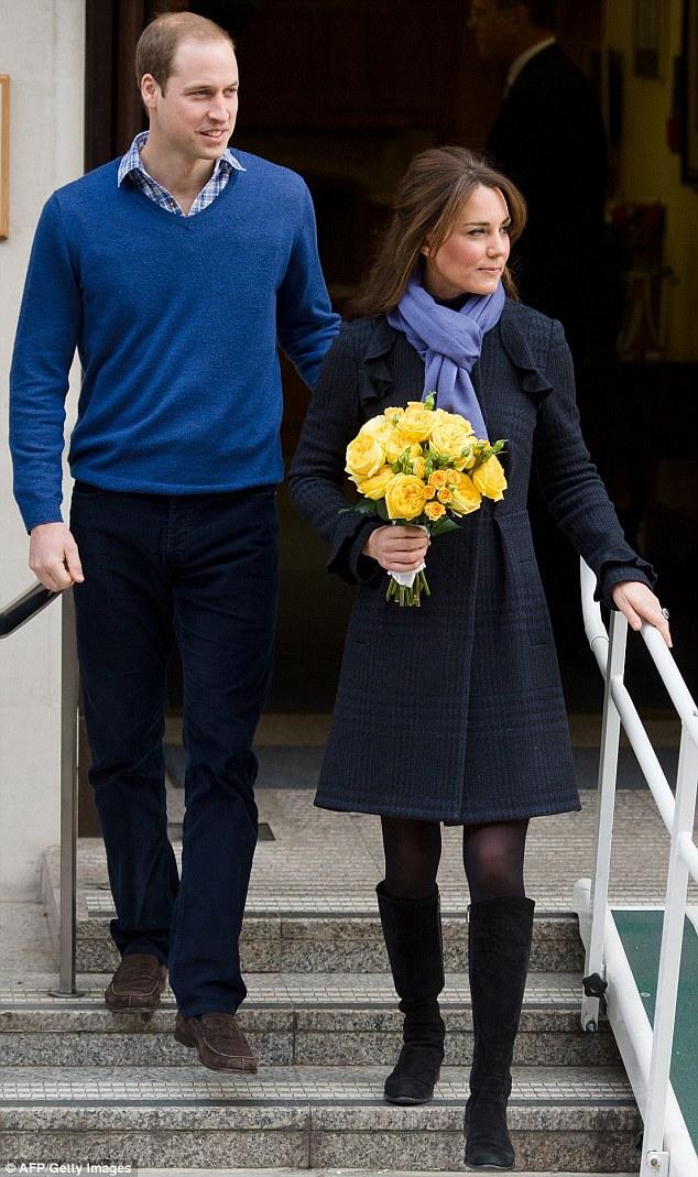 威廉王妃凯特怀孕_【组图】英国凯特王妃怀孕出院脸颊变丰腴手持鲜花微笑致意