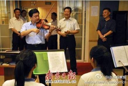 委书记王荣演奏小提琴曲 沉思 组图