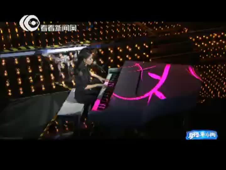 视频:东方卫视跨年盛典 曲琬婷弹唱新曲《