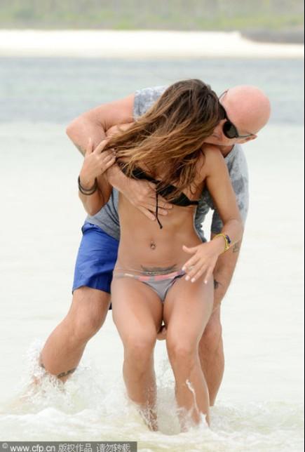 意大利女星Rosy Dilettuso与富豪男友海滩度假 惨遭拉扯胸罩狂摸下体 私处纹身若隐若现
