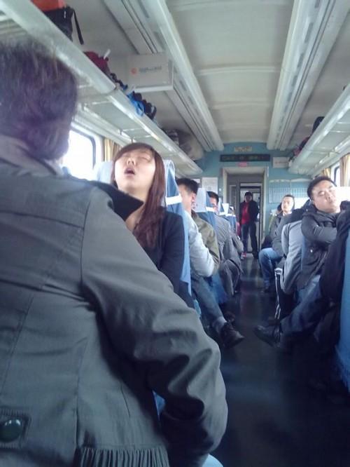 火车上的各种销魂囧态睡姿