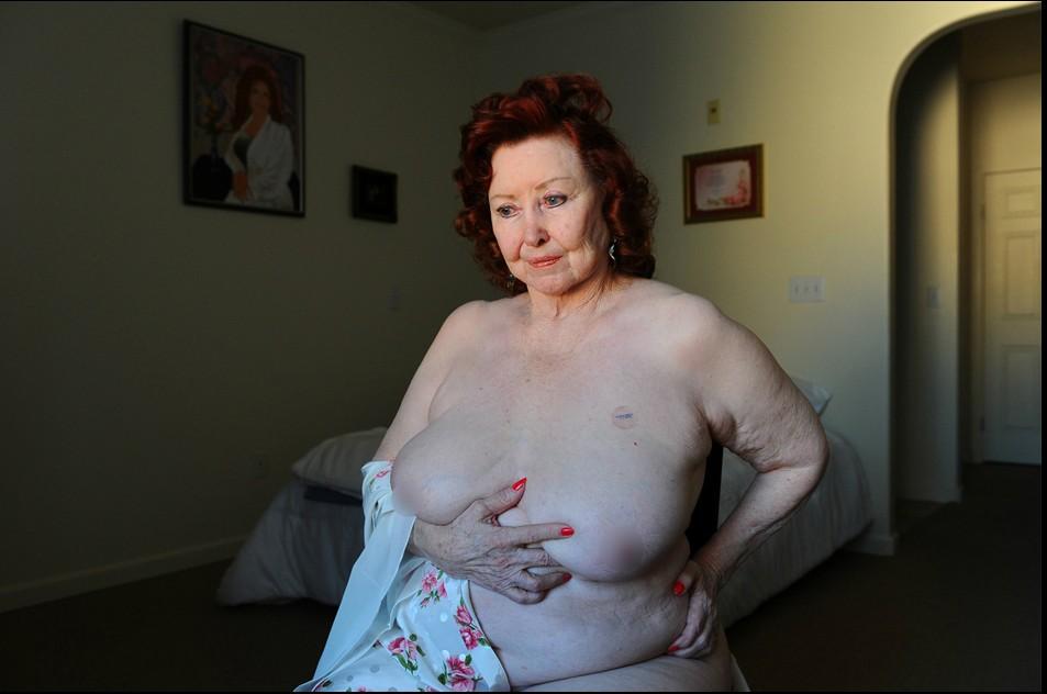 【组图】实拍美国全裸老年脱衣舞女搔首弄姿