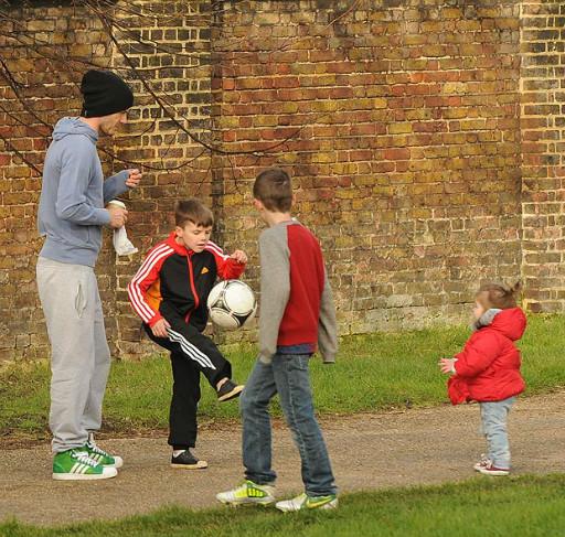 孩子公园踢球 小七天然呆迷茫卖萌 小贝与三子抢着抱图片