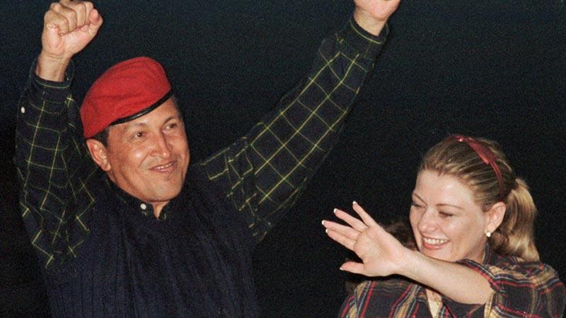 1998年12月2日,委内瑞拉加拉加斯,总统候选人查韦斯和他的妻子伊莎贝尔出席竞选集会活动。