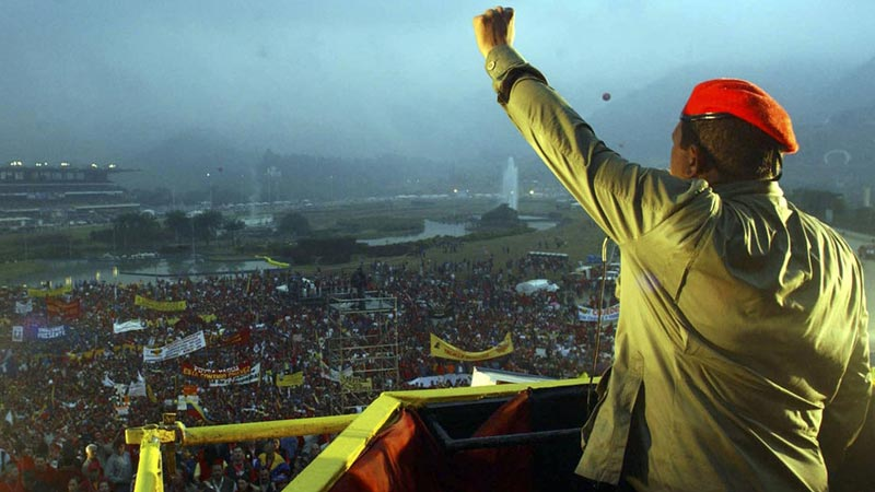 2004年2月4日,委内瑞拉加拉加斯,查韦斯带着他标志性的红色贝雷帽向支持者讲述革命故事。