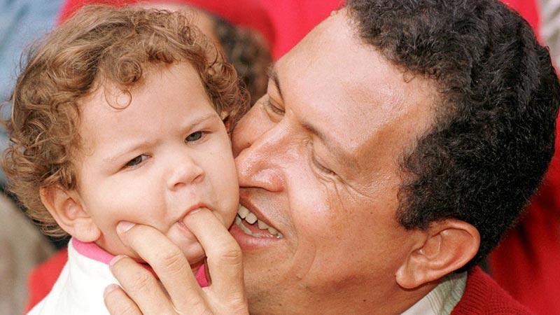 1998年10月3日,委内瑞拉加拉加斯,总统候选人查韦斯在和自己的女儿玩耍。