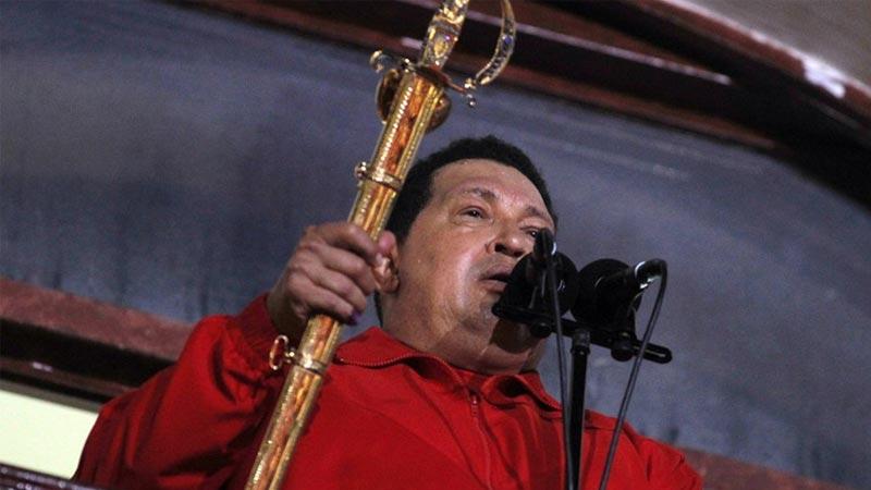 当地时间2012年10月7日,查韦斯在加拉加斯佛洛雷斯宫的阳台上庆祝自己连任委内瑞拉总统。