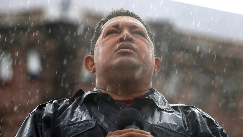 2012年10月4日,在委内瑞拉加拉加斯,总统候选人查韦斯在大雨中发表演说。