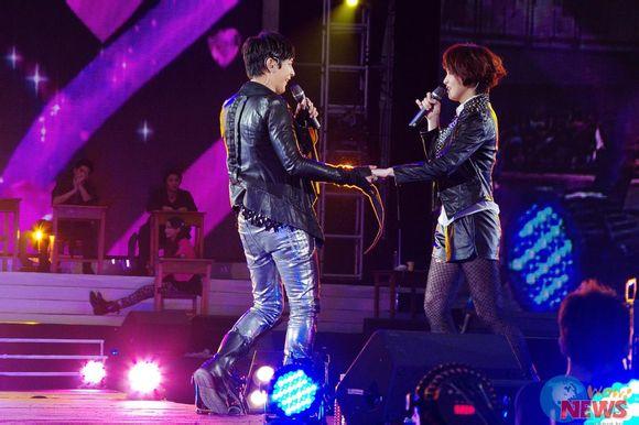汪东城和曾沛慈在台上不断斗嘴