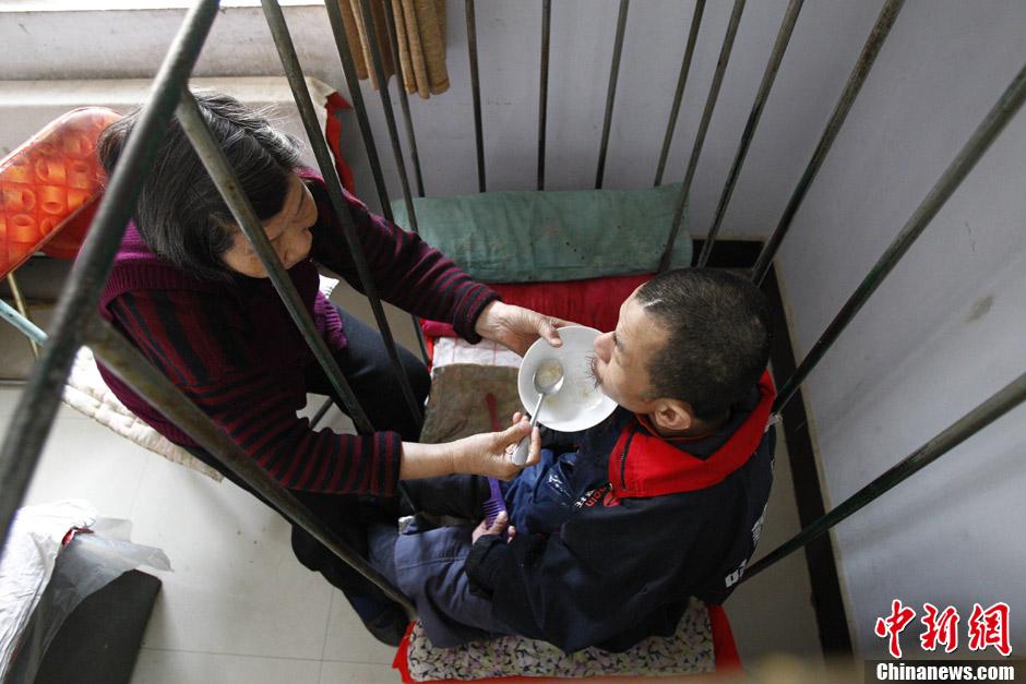 河南 40岁男子因 癫痫 铁笼里生活30余年 智力停留在1岁