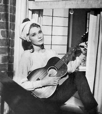 奥黛丽赫本《蒂梵尼的早餐》经典桥段《月亮河》。奥黛丽赫本在《蒂梵尼的早餐》中经典的一幕,在窗前自弹自唱《月亮河》(Moonriver)。《月亮河》获得了当年奥斯卡最佳歌曲奖,被网友封为经典歌曲,而奥黛丽赫本在窗前自弹自唱的一幕也被大家奉为女神。视频内容为:奥黛丽赫本《蒂梵尼的早餐》经典桥段《月亮河》。