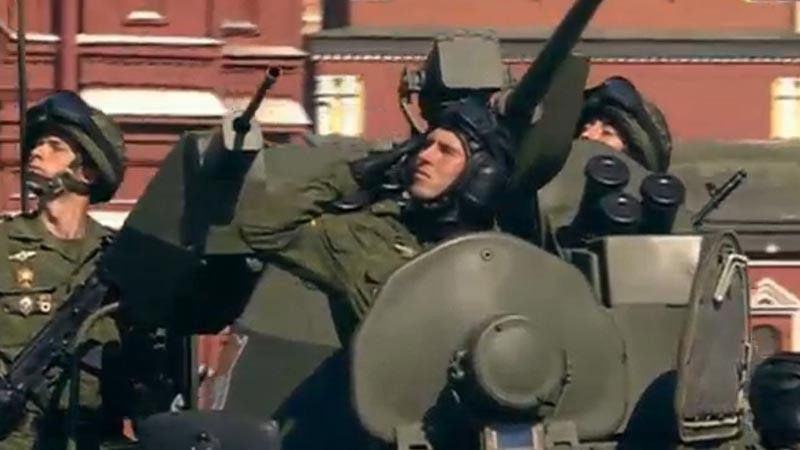 莫斯科红场阅兵:士兵在装甲车上向观礼台致敬