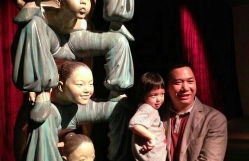 赵薇一家三口看展览 小四月和父亲亲昵摆pose不亲赵薇