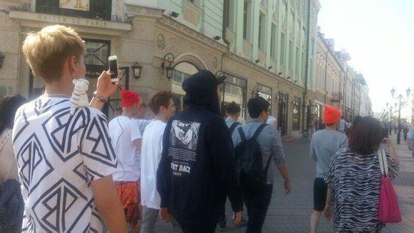 EXO俄罗斯游玩合照大汇总 EXO全员与俄罗斯路人疯狂合影 灿灿流露