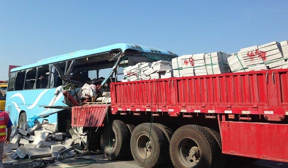 安徽 沪牌大客车追尾满载石材半挂货车严重变形 客车货车镶嵌不能分解 事故已致10人死亡36人受伤