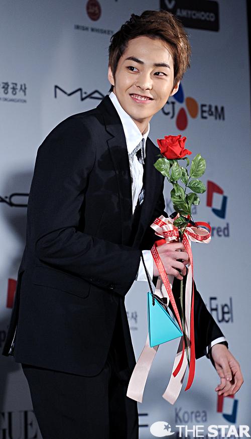 统一黑色西装的exo手拿红玫瑰出现在蓝地毯瞬间秒杀