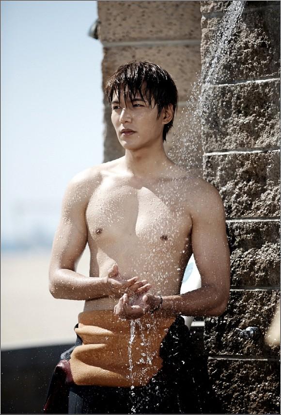 身半裸剧照曝光 沙滩大秀肌肉引比基尼美女围