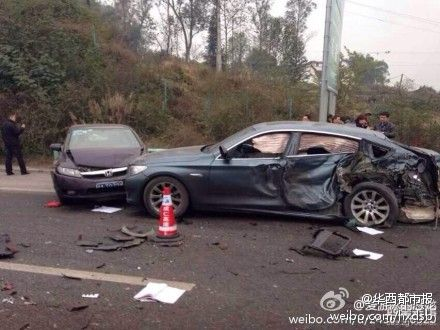 四川高速路罐车追尾10余辆车 多人身亡 组图