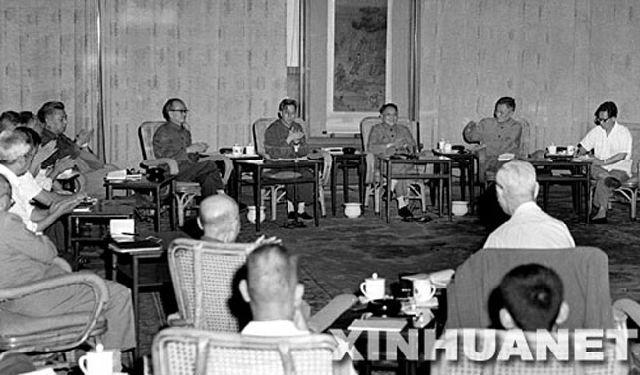 1977年8月4日早晨,邓小平在人民大会堂,主持召开了科学和教育工作座谈会.图片