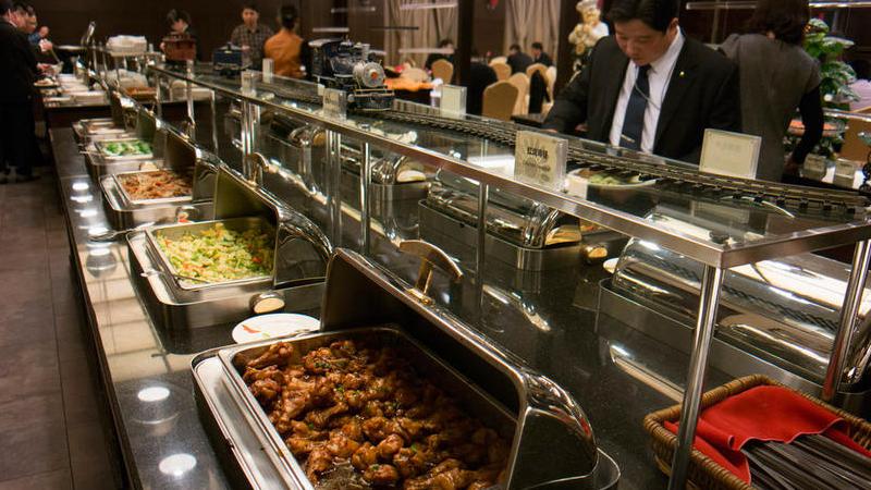 委员们吃自助餐,用餐以简单为主,餐品比往年少了许多。