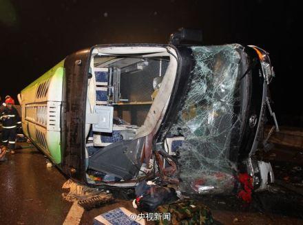 包茂高速黔江段重大交通事故已致15死56伤