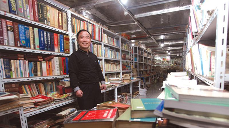 """""""小朱书店""""被称为沪上最大的民营旧书店,老板朱凤涛一路跌跌撞撞,却从没有放弃过。"""