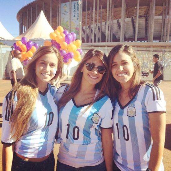 【阿根廷vs比利时】梅西女友看台助威主动示爱