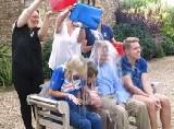 """72岁霍金接受""""冰桶挑战"""" 3子女代其挨水浇"""