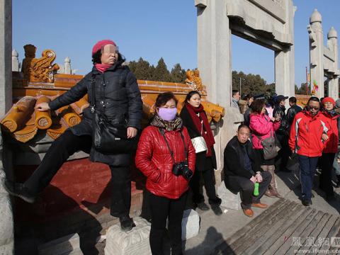 北京庙会垃圾遍地 文物古迹遭攀