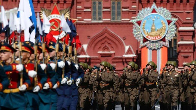 当地时间5月9日,俄罗斯举行盛大阅兵式庆祝卫国战争胜利70周年。图为身着二战时期陆军军装的士兵经过检阅台。