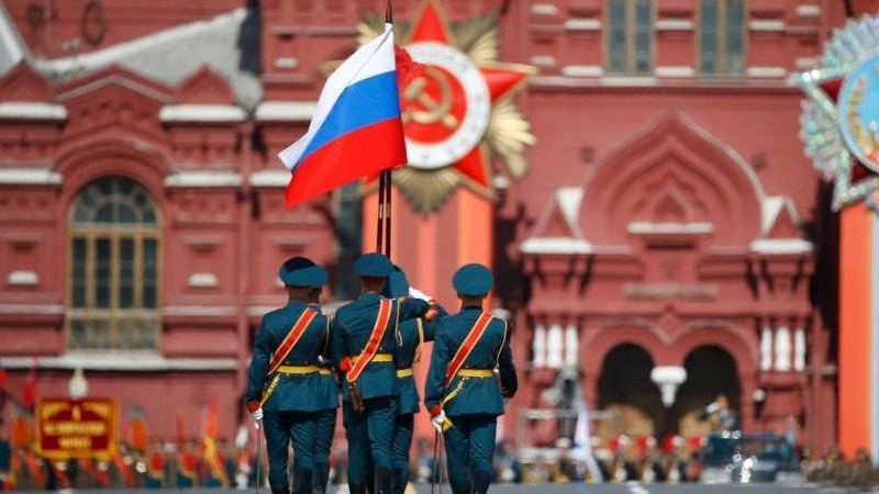 当地时间5月9日,俄罗斯举行盛大阅兵式庆祝卫国战争胜利70周年。图为俄罗斯国旗入场。