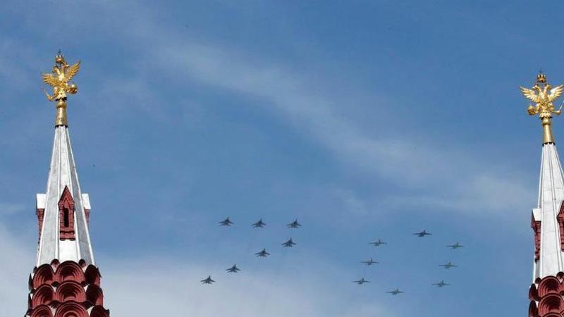 """当地时间5月9日,俄罗斯举行盛大阅兵式庆祝卫国战争胜利70周年。图为由米格29和苏25战机组成的""""70""""编队经过红场上空。"""