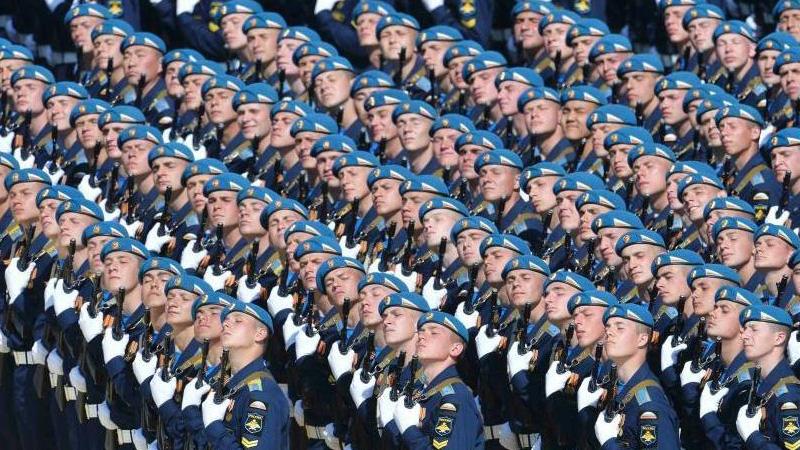 当地时间5月9日,俄罗斯举行盛大阅兵式庆祝卫国战争胜利70周年。图为俄罗斯受阅部队接受检阅。