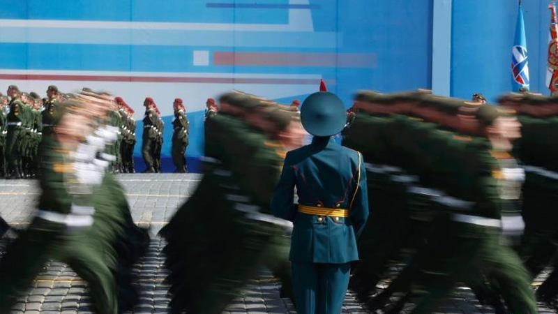 当地时间5月9日,俄罗斯举行盛大阅兵式庆祝卫国战争胜利70周年。图为参加阅兵式的俄罗斯军队经过检阅台。