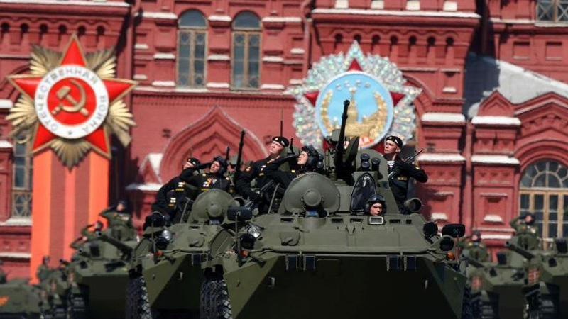 当地时间5月9日,俄罗斯举行盛大阅兵式庆祝卫国战争胜利70周年。图为BTR-82A两栖装甲输送车经过检阅台。