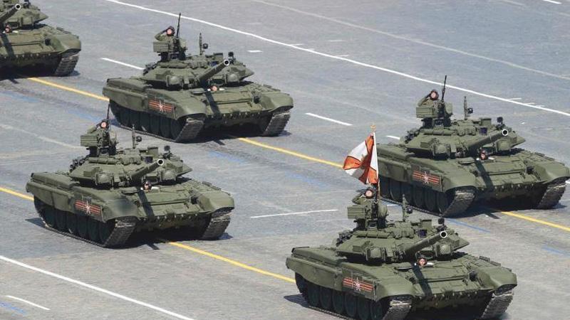 当地时间5月9日,俄罗斯举行盛大阅兵式庆祝卫国战争胜利70周年。图为T-90A主战坦克经过主席台前。