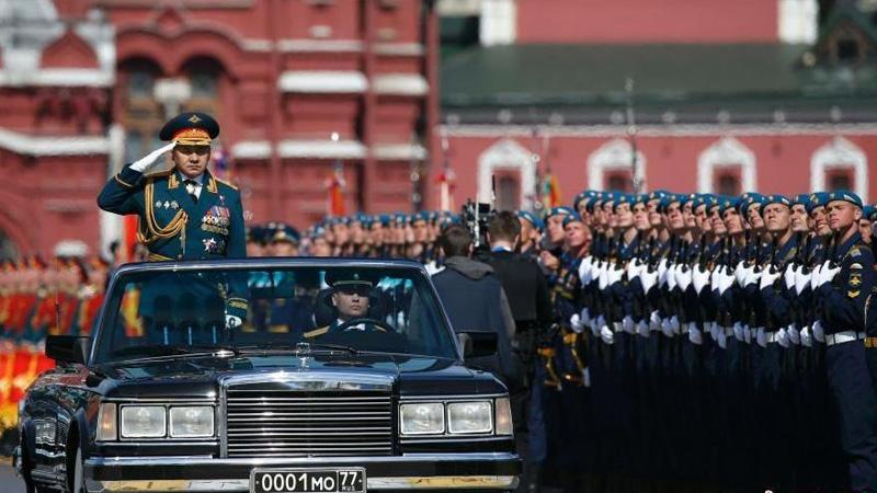 当地时间5月9日,俄罗斯举行盛大阅兵式庆祝卫国战争胜利70周年。图为俄罗斯国防部长绍尹古检阅仪仗队。