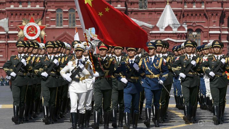 当地时间5月9日,俄罗斯举行盛大阅兵式庆祝卫国战争胜利70周年。图为解放军三军仪仗队参加红场阅兵。