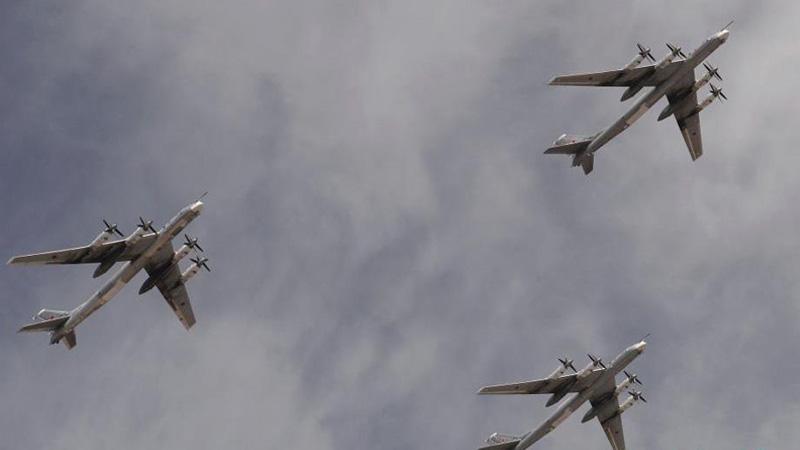 当地时间5月9日,俄罗斯举行盛大阅兵式庆祝卫国战争胜利70周年。图为TU-95MS战略轰炸机编队经过红场上空。