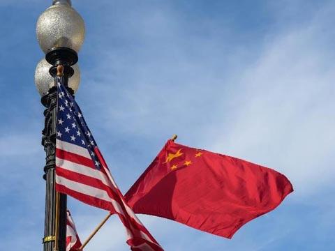 华盛顿街头飘扬中美国旗及华盛顿区旗